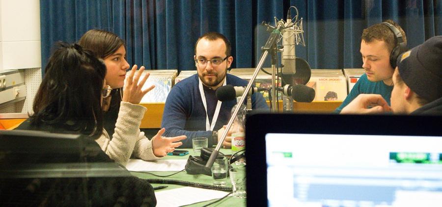 Im Radiostudio diskutieren die Gesprächsteilnehmer über Fake News