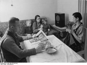 Arbeiterfamilie vor dem Radio